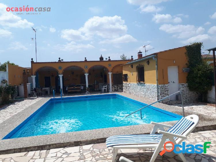 Parcela con dos viviendas independientes, piscina y zonas ajardinadas