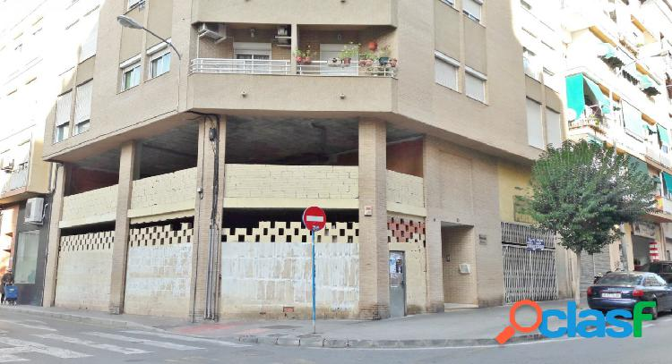 Local comercial dos plantas, esquina chaflán con salida humos zona Campoamor