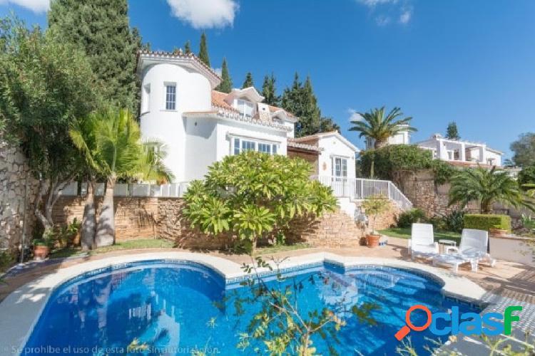 Bonita villa en montealto con amplios jardines, piscina y cercana a los servicios