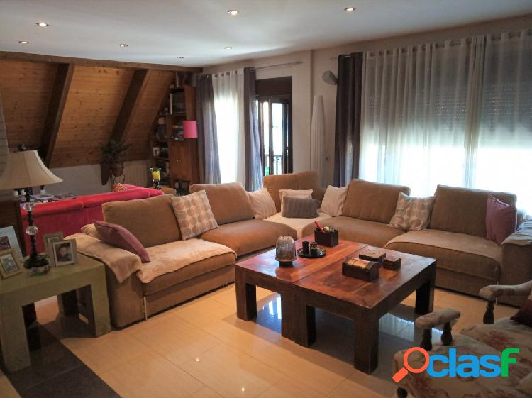 Ático-dúplex en el centro de vielha con 5 dormitorios y 2 plazas de garaje.