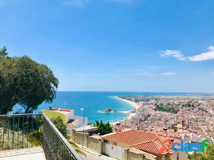 Villa grande, con impresionantes vistas al mar, con pies en la playa de agua de Blanes barato