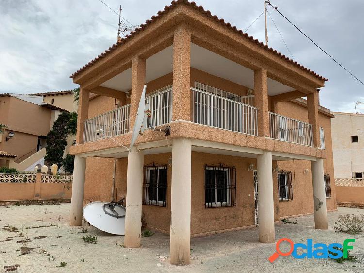 Casa independiente de 2 plantas con una gran parcela