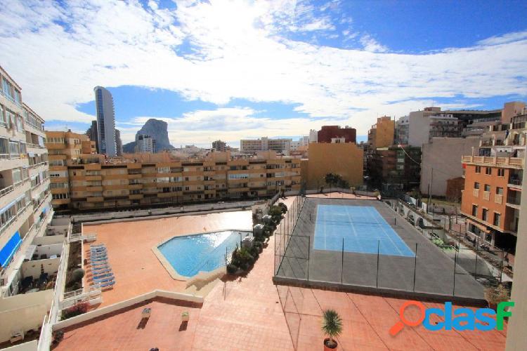 Apartamento con piscina comunitaria y pista de tenis a 400 metros de la playa.