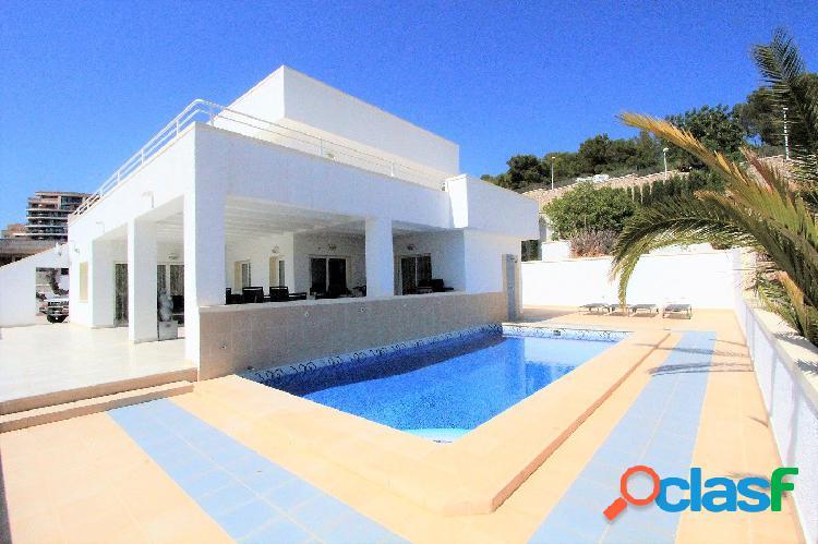 Villa de estilo moderno próxima al centro histórico de calpe y a 500 metros del mar.
