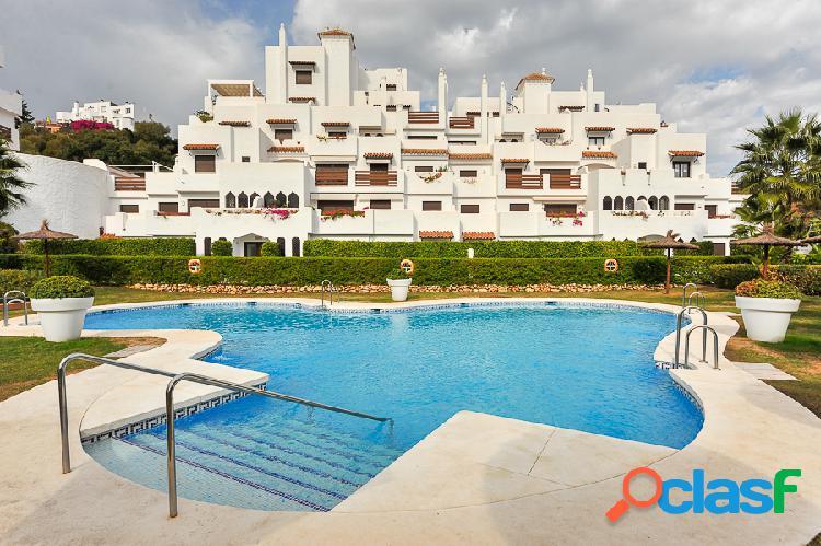 En golf hills, lujoso piso con amplia terraza y maravillosas vistas, entre estepona y puerto banús.