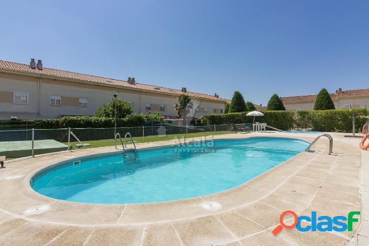 Bonito chalet adosado en villanueva con piscina comunitaria