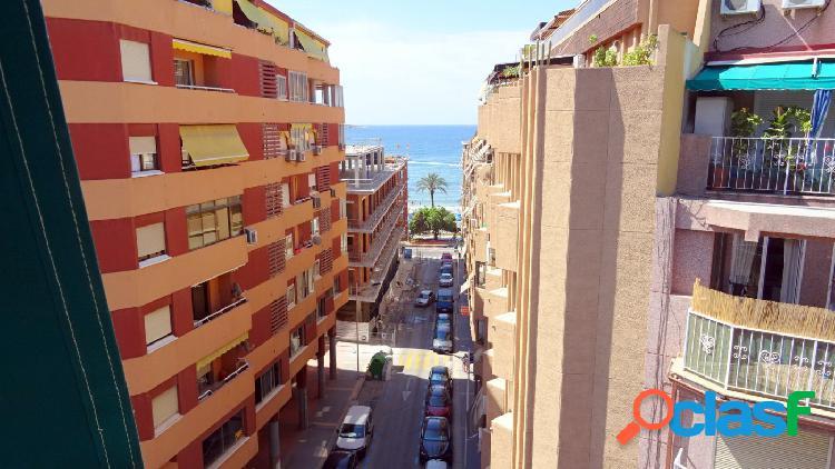 Gran ático con terraza 95 m2, 4 dormitorios en 2 línea playa poniente en zona centro.
