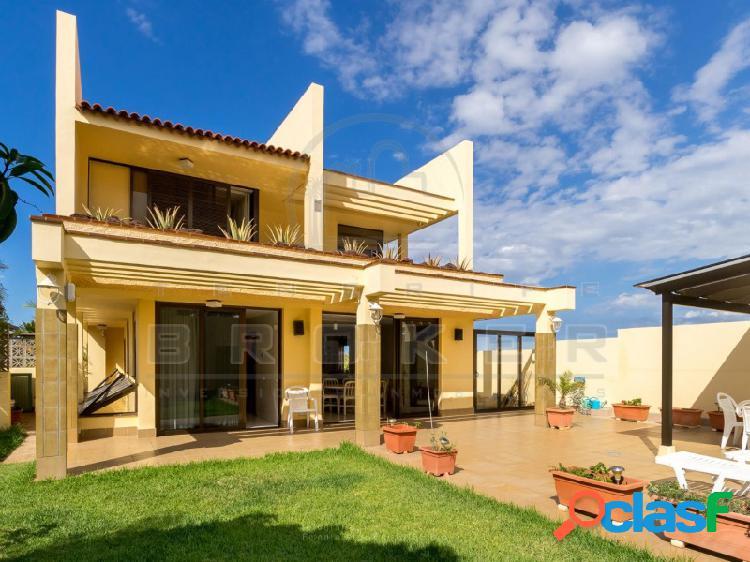Amplio chalet en zona tranquila con excelentes vistas y con gran garaje.