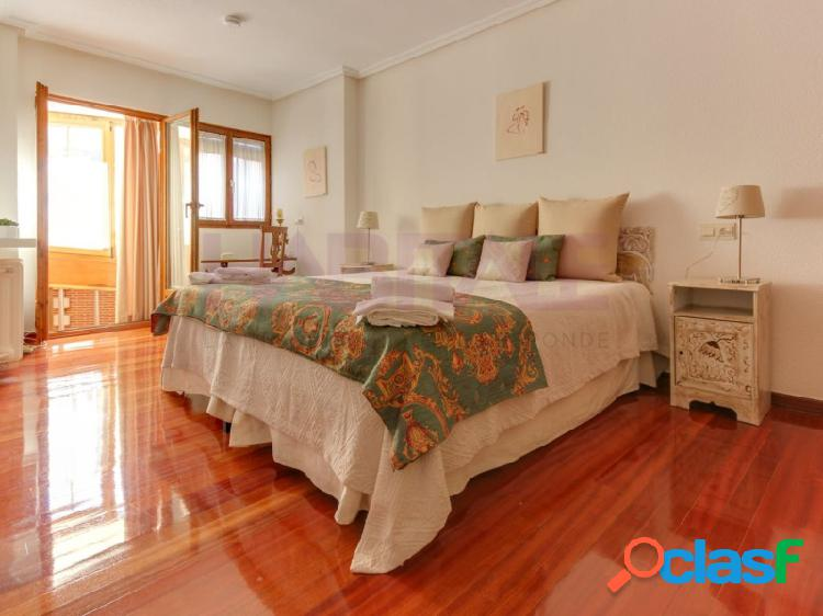 En casco antiguo de salamanca se vende espectacular y elegante piso tipo dúplex para entrar a vivir de 218 m2 de superficie construida distribuido en salón, cocina-comedor, 4 dormitorios dobl