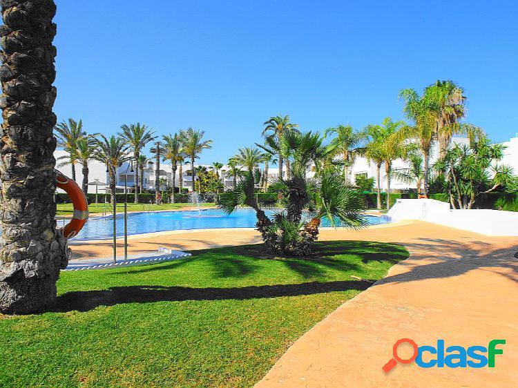 Se alquila apartamento en urbanización con varias piscinas comunitarias.