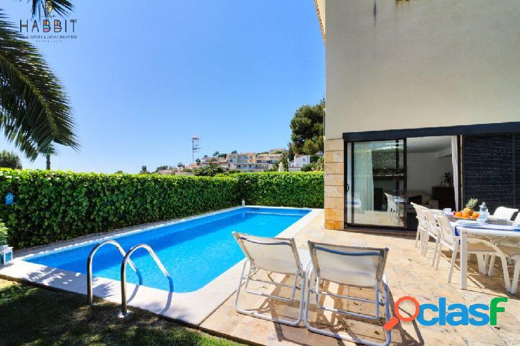 Chalet con Licencia turística en venta en Sitges. Piscina privada y Jardín. Urb.Vallpineda.