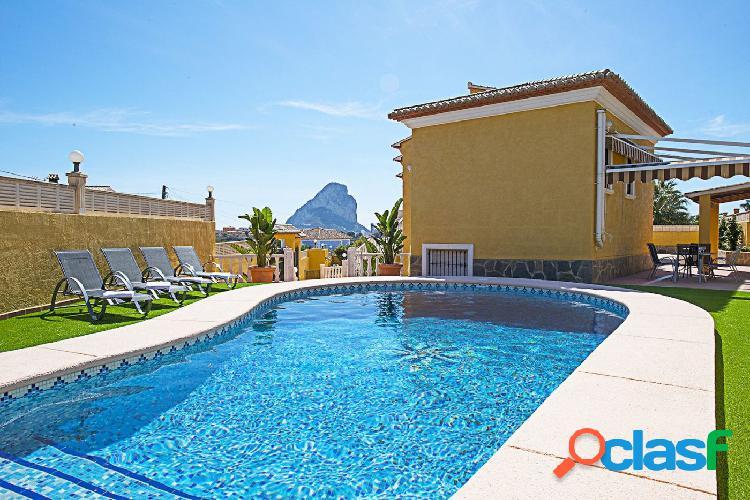 Oferta! villa en venta cerca del centro de calpe con vistas al peñon y piscina privada