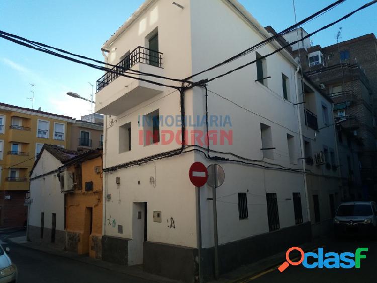 Edificio reformado para uso vivienda de tres plantas con 3 apartamentos situado en zona centro (navalmoral de al mata)