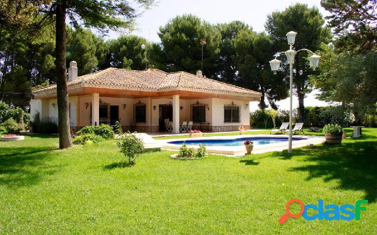 Casa con jardín y piscina en urbanización el portón (junto a aguasol)