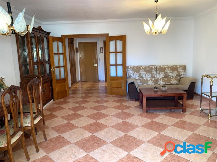 Amplio piso a la venta en estepona centro con tres dormitorios dos baños garaje y trastero. piscina.