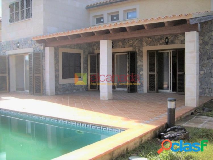 Chalet con piscina y jardín en cala mesquida.