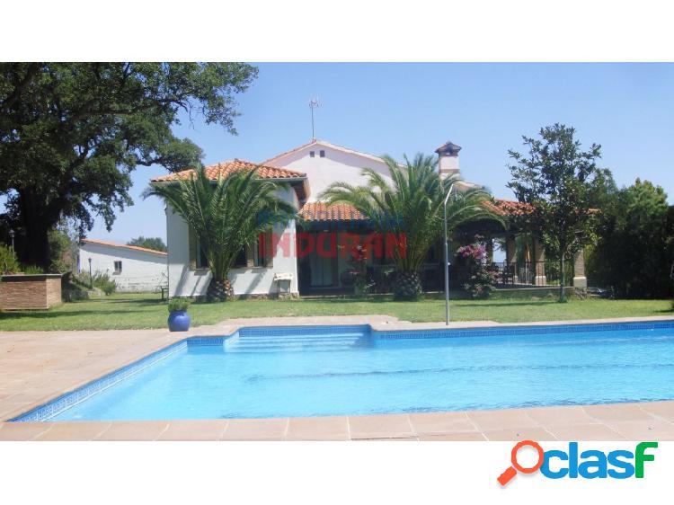 Parcela de 9500 m2 con vivienda de 350 m2 con 5 dormitorios, armarios empotrados, 3 baños y con una piscina, áreas de césped, amplio jardín y con garajes situada en las proximidades de navalm