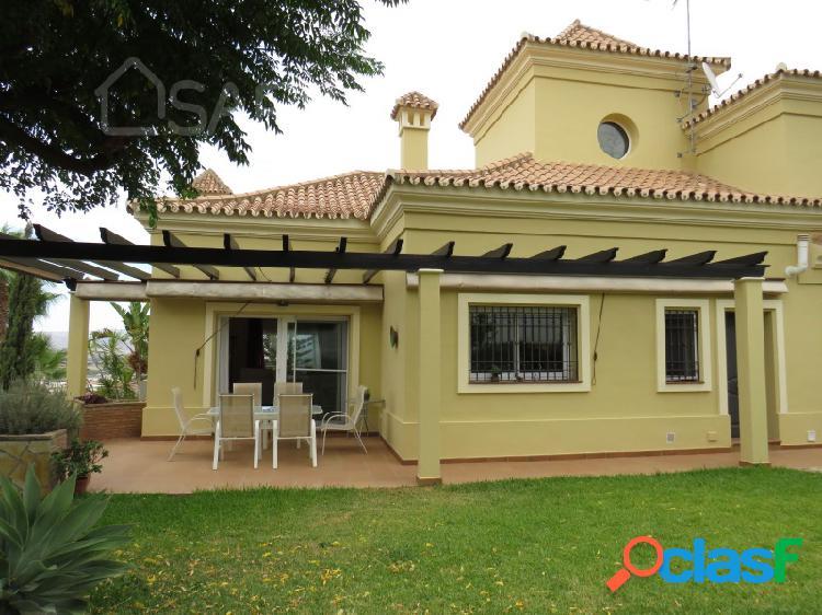 Magnifico chalet de 6 habitaciones con piscina y jardín en una tranquila urbanización a 10 minutos de malaga