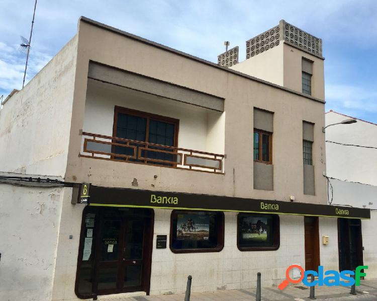 Large house located on the first floor with free roof, in the center of southern sardine, consists of 200 meters on the
