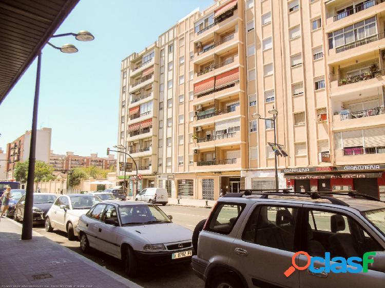Amplia superficie en Calle San Vicente. / HH Asesores, Inmobiliaria en Burjassot/.