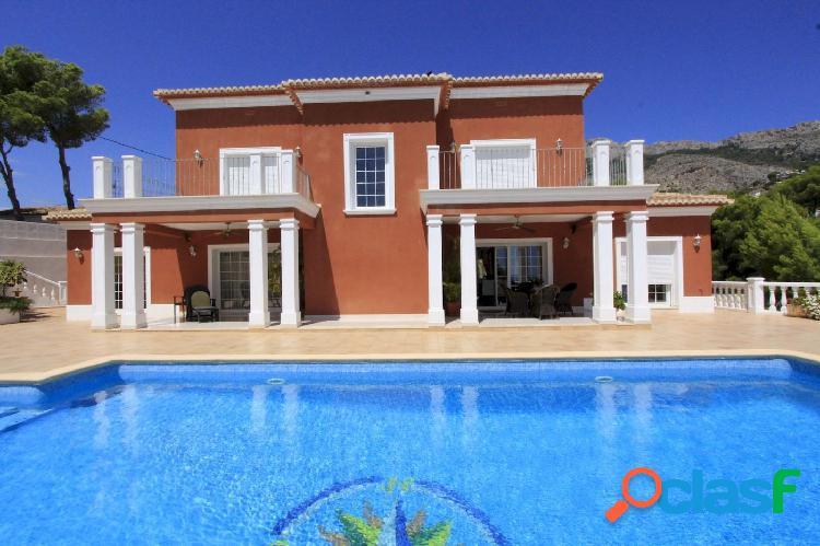 Se vende elegante villa de estilo colonial con vistas al mar y montaña en altea.