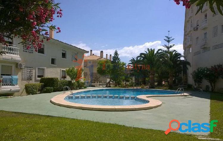 Apartamento con piscina y jardín comunitario.