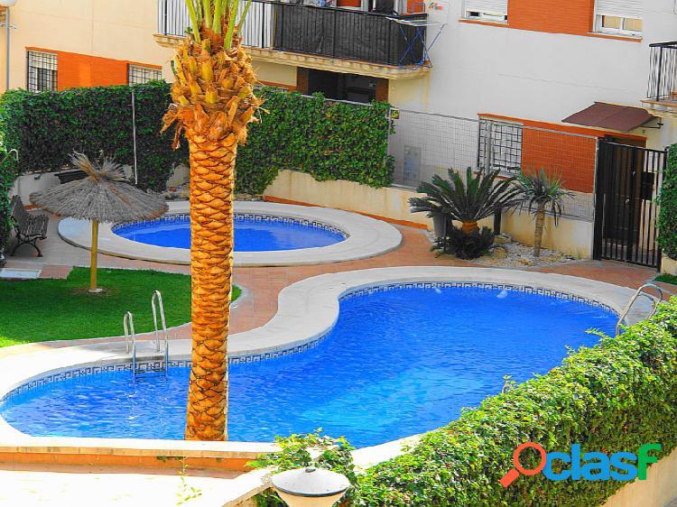 Piso nuevo a estrenar en urbanización con piscina.