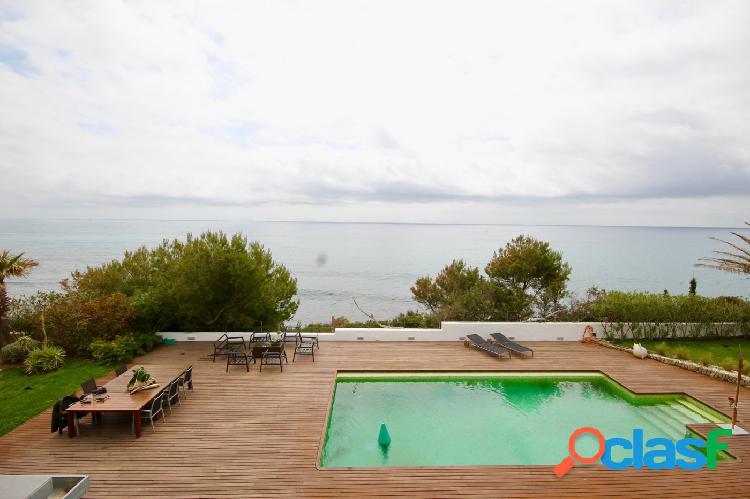 Casa en primerísima línea de mar con acceso directo a la playa e impresionantes vistas al mar.