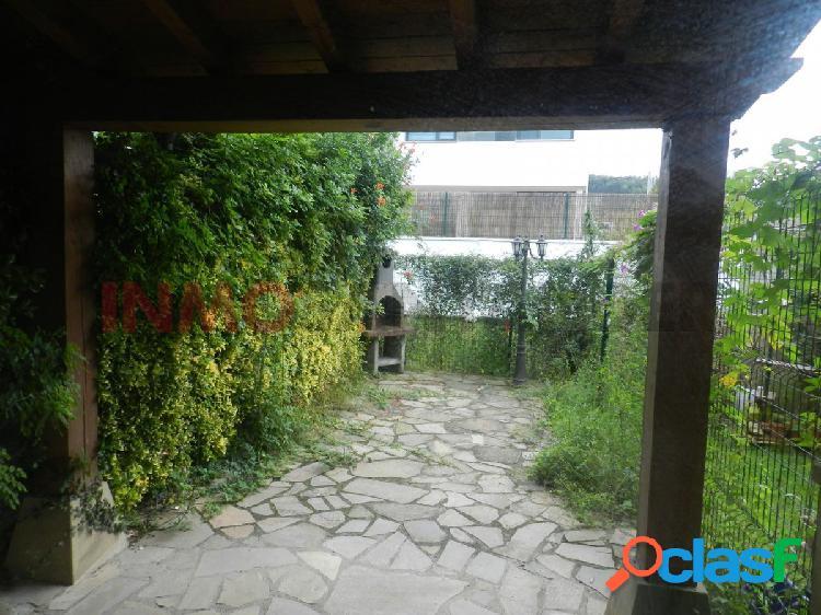 Venta de chalet adosado esquinero en urbanización privada en miengo.