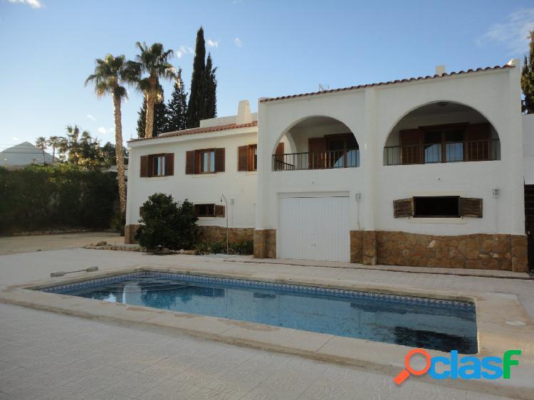 Se alquila para todo el año, casa independiente con 3 dormitorios, piscina y garaje. enorme parcela.