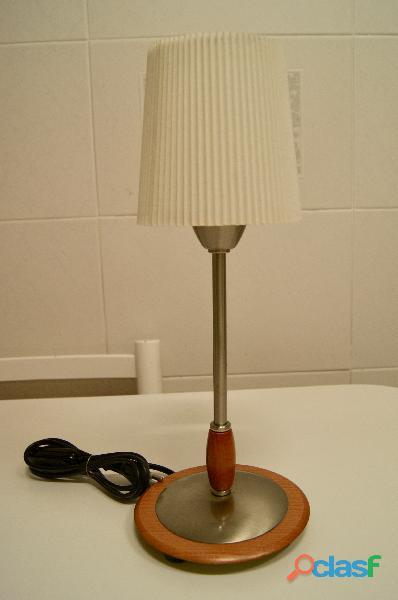Lámpara sobremesa en metal y madera con pantlla plisada