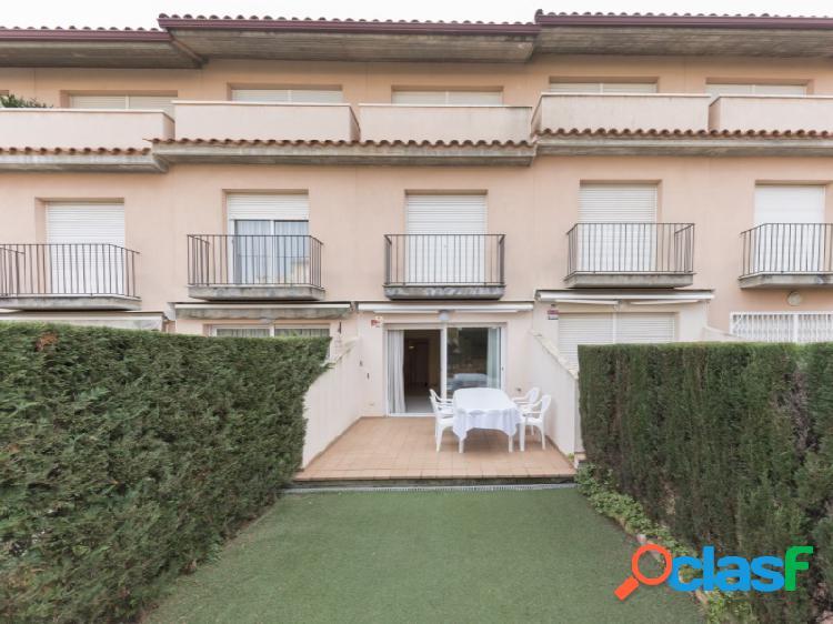 Casa adosada con terraza y jardín. piscina y zona comunitaria.