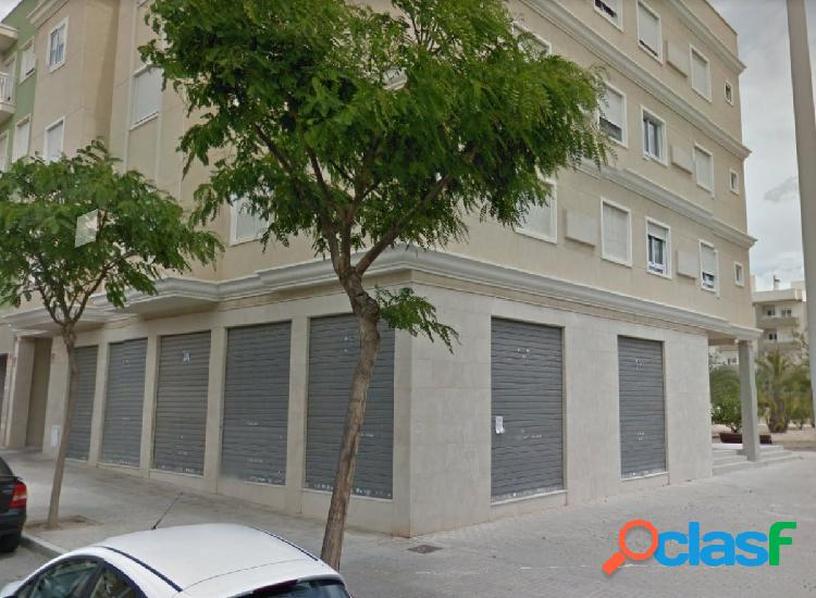 Local de 151m2, esquina con 4 escaparates.