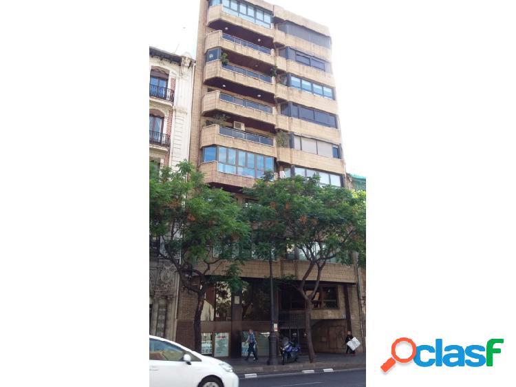 Local en el centro de valencia, en planta semisótano, muy bien comunicado por lineas de autobus y metro. ideal para cualquier negocio.!!
