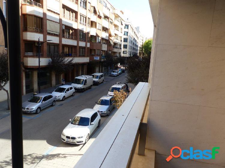 En zona centro-ayuntamiento se vende excelente pìso con garaje.