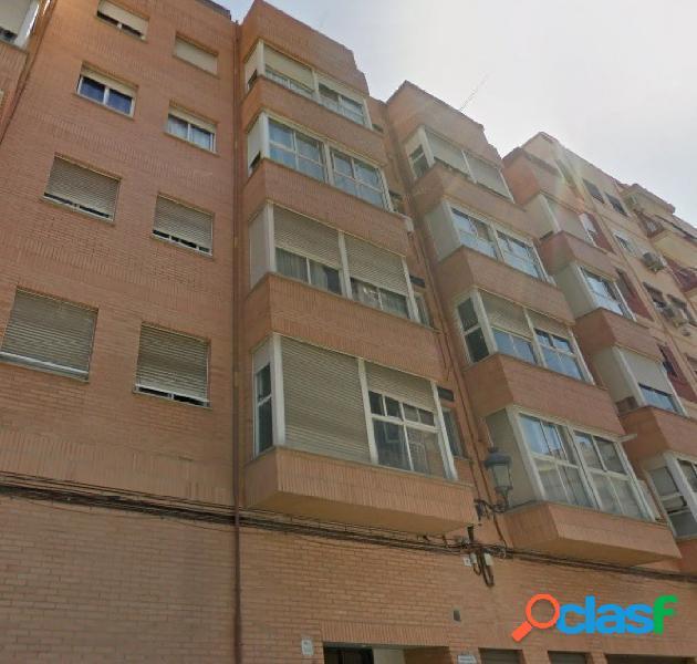 Se vende piso de 116m2 de 4 habitaciones y 2 baños con ascensor y garaje incluido