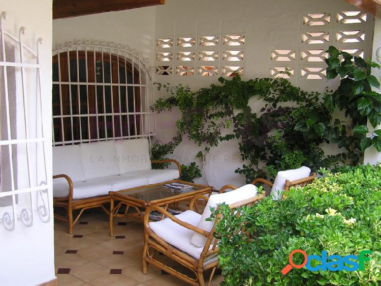 Se vende chalet adosado, de 4 habitaciones, 2 baños, terraza amplia porche y patio ajardinado, totalmente exterior en urbanizacion con piscina y club privado.