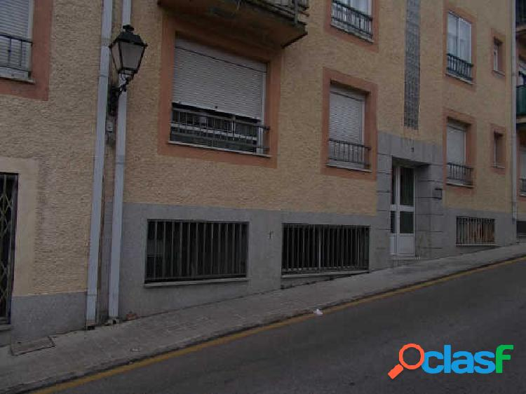 **centro urbano. local distribuido en 4 estancias y 1 baño**