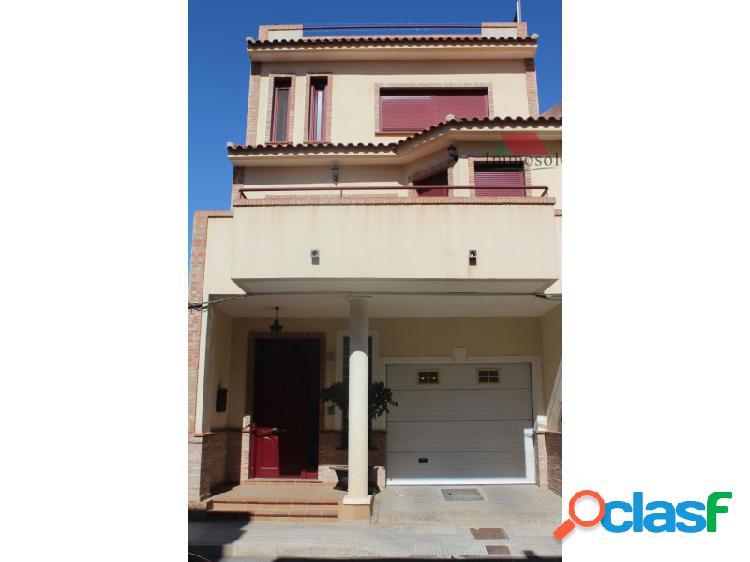 Casa de 3 plantas en el centro de Almoradi