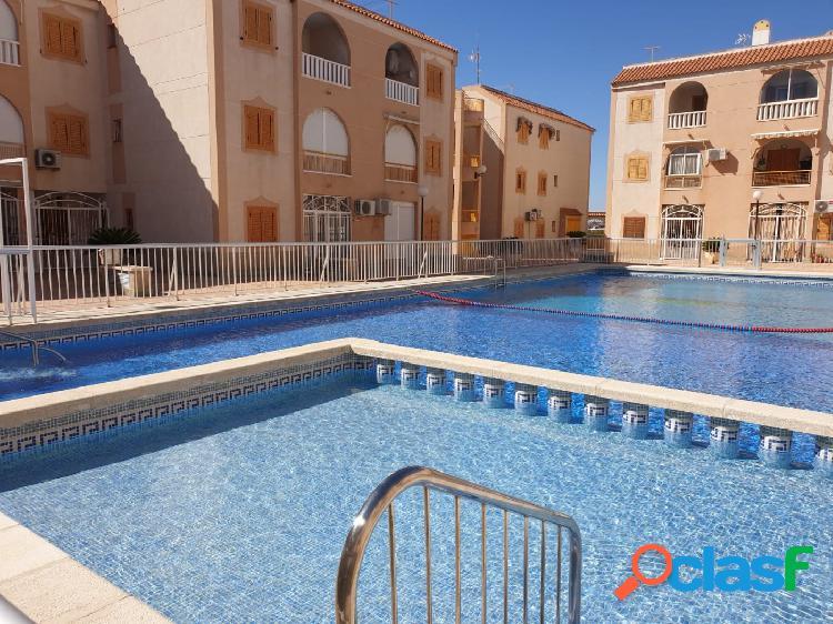 Apartamento de 2 dormitorios con piscina comunitaria, torrevieja