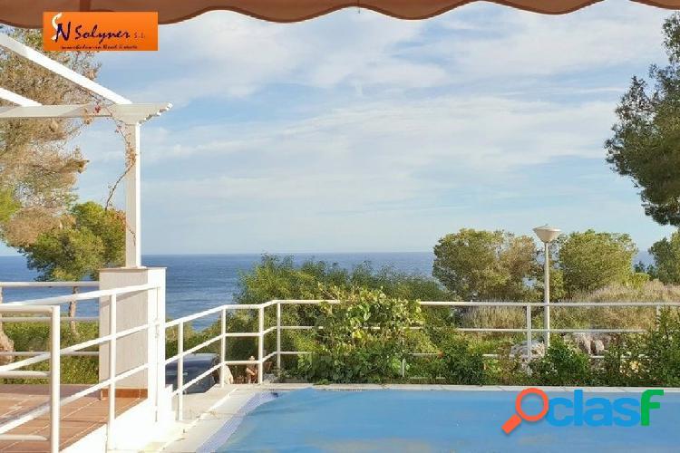 Chalet familiar en venta con piscina, jardín y fabulosas vistas al mar