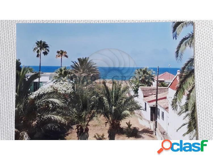 Villa en primera linea salida directa a la playa frente mar con 2 viviendas.