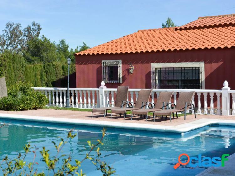 Chalet urb. san cristobal con 4 dormitorios, 2 baños y piscina.