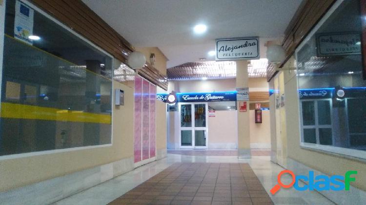 Centro comercial puertas de sevilla. local en planta baja con amplisima fachada.