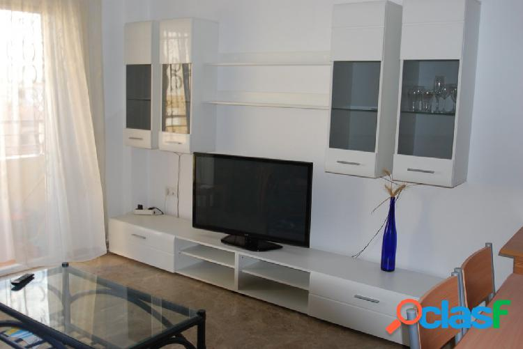 Apartamento de dos dormitorios seminuevo con vistas despejadas cerca del mar.