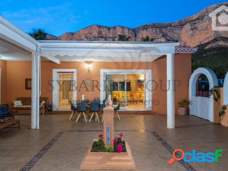 Amplia villa con piscina privada y unas increibles vistas al montgó, javea. costa blanca