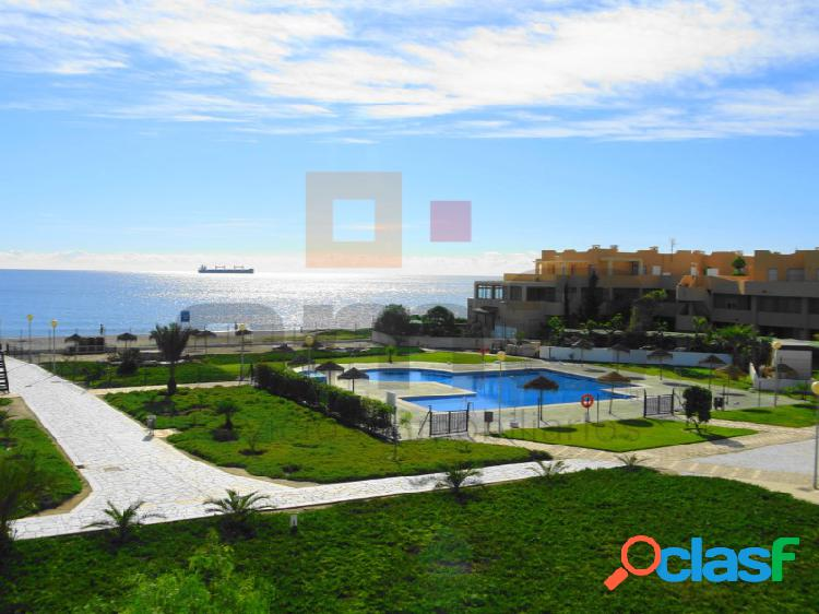 Duplex en urbanización con piscina y zonas verdes, situado en primera linea de playa.