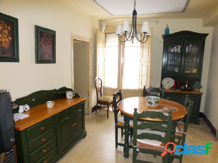 'piso en centro de graus, 3 habitaciones, baño, aseo salon comedor, cocina independiente, trastero y buhardilla. para entrar a vivir'