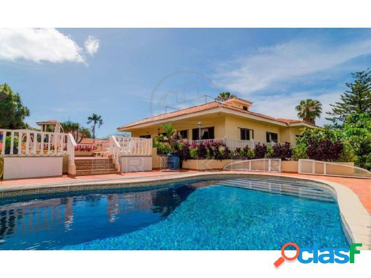 Gran villa con piscina climatizada. garaje varios coches.