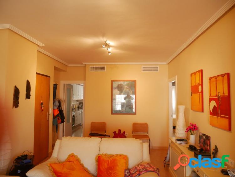 Lujoso apartamento de tres dormitorios dos baños, a tan sólo 350m de la playa. los acázares